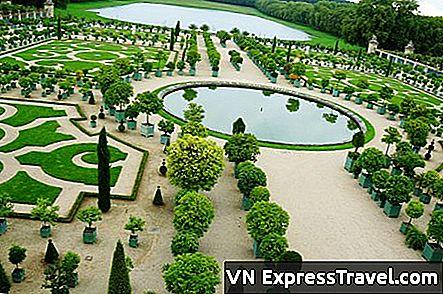Vista del castello e dei giardini di versailles fotografia stock